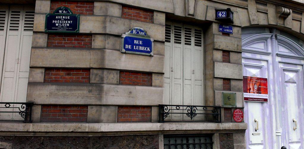 Funny corner street, Paris